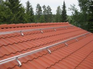 (c) Tiilikattotelineet, IBC Solar.