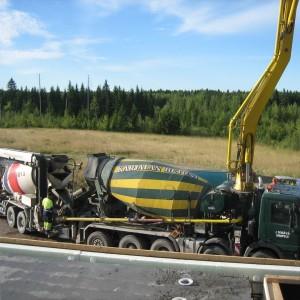Pumppuauton tankkausta.