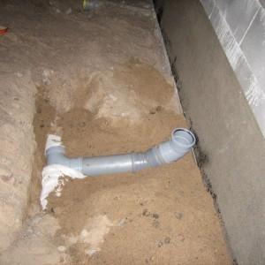 Radon-putki ylös ja radonkaista seinään.