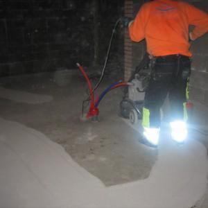 Hyvin lähtee liimapinta betonista pois.