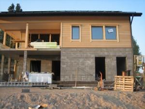Ikkunan pielilaudatkin on jo paikallaan = talo alkaa näyttämään jo ihan talolta :)