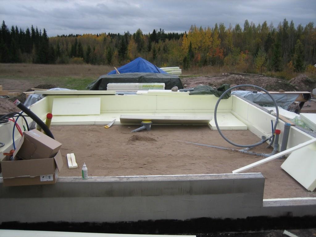 XPS-eristeet lattiaan (150 mm) ja putkitukset paikalleen.
