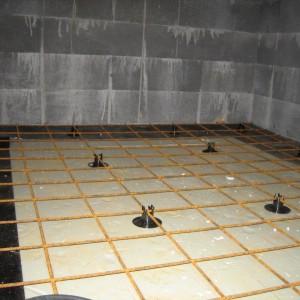 Raudoitusverkkoa eristeen päälle radon-kaistat taitettuna.