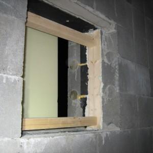 Tukipuut liimataan uretaanilla eristeeseen, jotta ikkunat saadaan kiinnitettyä.