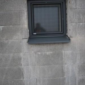 Ikkuna ja pelti asennettuna.