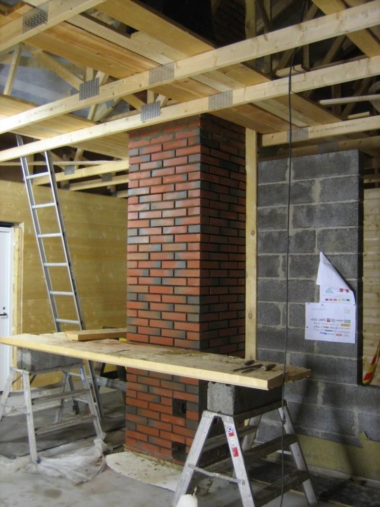 Yläkerran piippu muurattu.