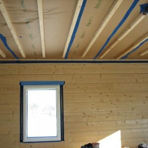 Ikkunan ja katon ilmasulut valmiina mittaukseen.